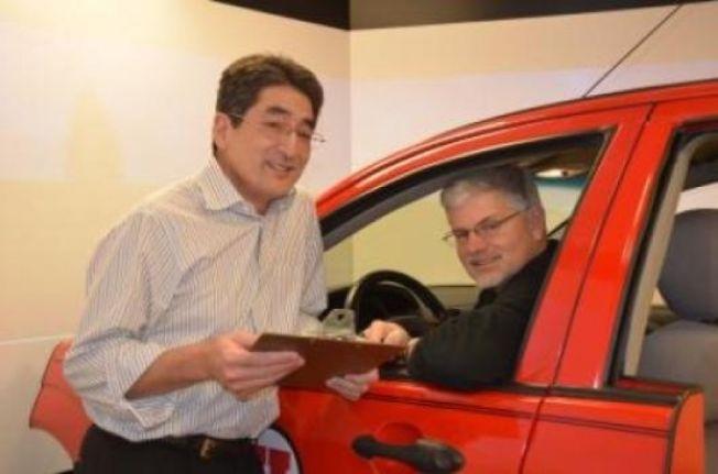 Psykologiprofessorene David Sanbonmatsu og David Strayer ved en bilsimulator som ble brukt til å undersøke evne til å kjøre bil og bruke mobiltelefon samtidig.