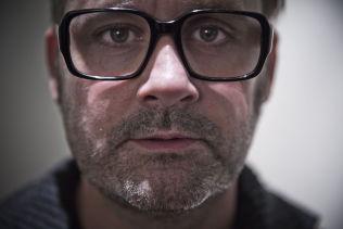 <p>KRITISERES: Programleder Thomas Seltzer og «Trygdekontoret» på NRK1 opprører mange kvinner etter tirsdagens pornoharselas med Kari Jaquesson, som mange opplever som hevnaktig. Foto:TERJE BRINGEDAL</p>