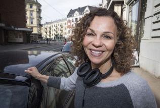 <p>OPPRETTHOLDER: Kari Jaquesson er fornøyd med støtten og engasjementet som folk rundt henne viser etter pornofeiden med Thomas Seltzer og «Trygdekontoret». Hun opprettholder sin mening om at noen bør politianmelde NRK - om ingen andre gjør det, gjør hun det selv, sier hun til VG.<br/></p>