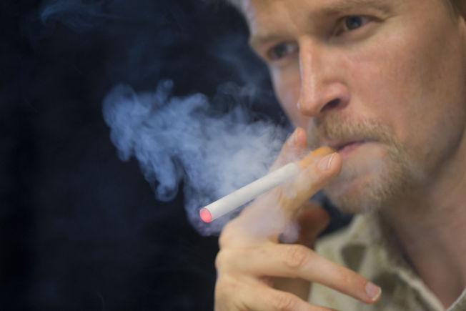 <p>PÅVIRKER OMGIVELSENE: Personer er i nærheten av den som røyker en e-sigarett kan få i seg like mye nikotin som brukeren selv, viser en rapport som Helse- og omsorgsdepartementet har bestilt.<br/></p>