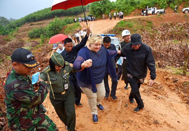 <p>PÅ GJØRMETE VEIER: Erna Solberg i regnskogen på Sumatra. En politibil kjørte seg fast i gjørmen, og statsministeren måtte ta bena fatt de siste 800-meterne. Foto: HARALD HENDEN</p>