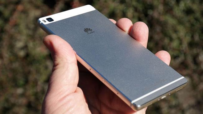 Metall-baksiden gjør at telefonen føles solid og god.