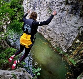<p>UTFODRING: Katja van het Bolscher fra Nederland hopper utfor den 17 meter høye klippen.<br/></p>