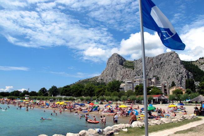 <p>BLÅTT FLAGG: Det blå flagget vaier over stranden i Omiš som et synlig bevis på at den oppfyller alle krav til renhet og andre fasiliteter, og er et godt alternativ for de som liker strand bedre enn fjell.<br/></p>