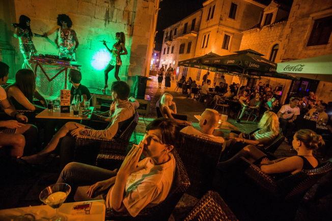 <p><br/> UTELIV: I sentrum av Omis ligger uterestaurantene tett mellom gamle bygninger. Om sommeren er det også levende musikk på torget.</p>