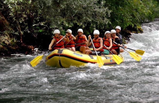 <p>RAFTING: Det er styrk i Cetina-elven, men ikke på langt nær så mange og så kraftige som i Sjoa. I båten sitter Faye Limberg, Chloe Bagnall og Katie Amery på venstre side, og Mirko Kravci, Maria Durcíková, Mona Langset og skipper Zvonimir Perasovic på høyre side. Foto: Privat</p>