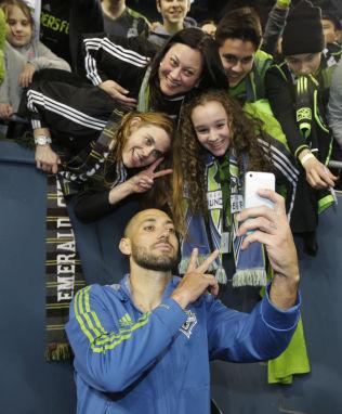 <p>MØTER KWARASEY: Clint Dempsey er populær blant fansen. Natt til mandag tar hans Seattle Sounders i mot Portland Timbers og Adam Larsen Kwarasey.<br/></p>