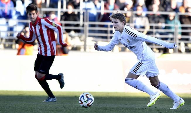 <p>AKTUELL FOR REAL MADRID-TROPPEN: På onsdag kan Martin Ødegaard komme til å få være med i Real Madrid-troppen for første gang, ifølge C Mores ekspert på spansk fotball, Petter Veland. Her fra Ødegaards debut for Castilla i februar.<br/></p>