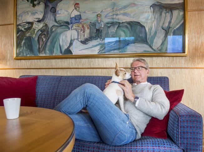 <p>ETTERTENKSOM: Følgesvennen «Tøffen» var opp og ned fra fanget til Fabian Stang under intervjuet med VG da Oslo-ordføreren fortalte om overgrepet han opplevde i messehallen på Sjølyst som tenåring, og som han har holdt hemmelig i 45 år.</p>