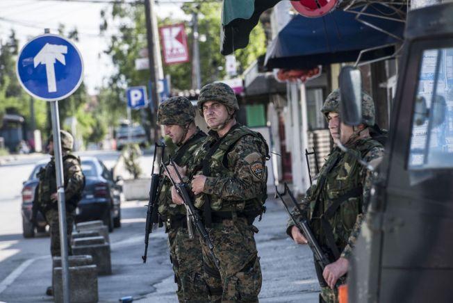 <p>VOKTER: Makedonske politistyrker patruljerer i gatene i Kumanovo søndag 10. mai.<br/></p>