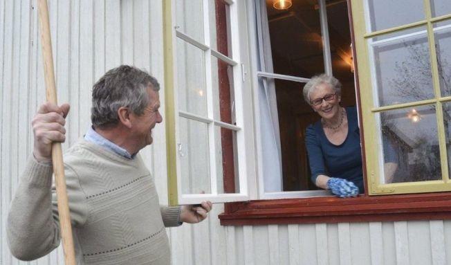 <p>KLARGJØR FOR FEST: Bjarne Kjøs og Reidun Enger fra Løten er blant ildsjelene som forbereder nasjonaldagen.<br/></p>