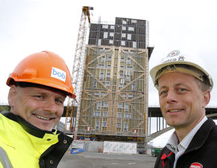 <p>BOLIGBLOKK - PÅ EN TO TRE! Å bygge høyt i tre kan gi raskere bygging og store besparelser, mener Ole Herbrand Kleppe i BOB (t.v.) og Rune Abrahamsen i Sweco.<br/></p><p><br/></p><p><br/></p>