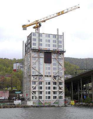 <p>RAGER 51 METER: Slik ligger det nye høyhuset i tre ved siden av Puddefjordsbroen i Bergen<br/></p>