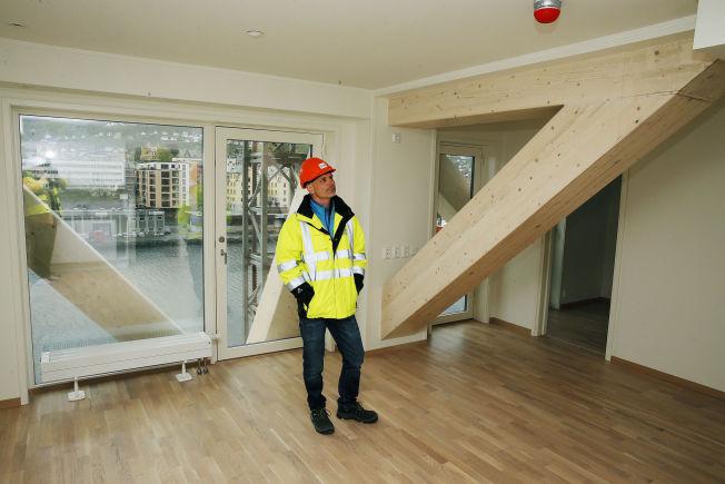 <p>SYNLIG LIMTRE: De kraftige avstivnings-dragerne er godt synlig i enkelte av leilighetene. Her er BOBs Ole Kleppe i femte etasje.<br/></p>
