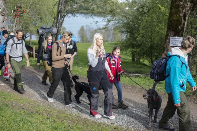 <p>LITT VARMERE I HELGEN: Mandag var Kronprins Haakon, kronprinsesse Mette-Marit og barna på teltur i Vestmarka. De skulle overnatte sammen med ungdommer fra fondene de støtter. Kronprins Haakon (til venstre) Marius Borg Høiby, kronprinsesse Mette-Marit og prinsesse Ingrid Alexandra med hund. Prins Sverre Magnus var også med på turen.<br/></p>