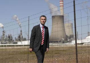 <p>VAR PÅ BESØK: Jens Stoltenberg ble vist rundt ved Sasols Secunda-fabrikk i 2008.</p>