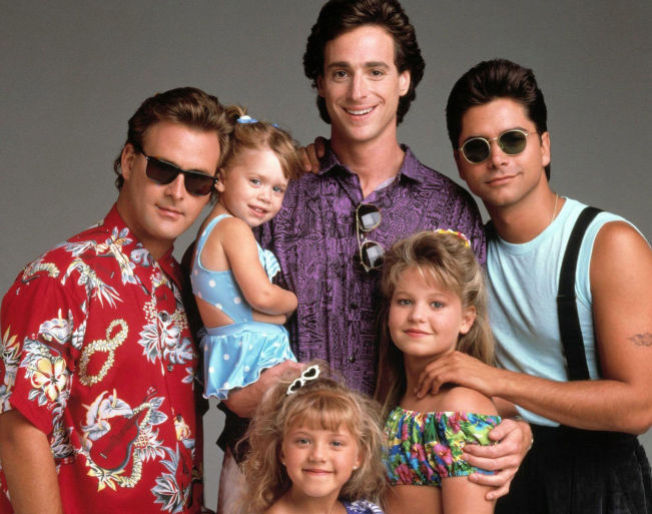 <p>HELE GJENGEN: «Full House» gikk opprinnelig på TV mellom 1987 og 1995. Her ser vi alenefar Danny Tanner (i midten), hans tre døtre, D.J. (t.h.), Stephanie og Michelle (på Dannys arm), samt svogeren Jessie (t.h.) og kompisen Joey. Alle disse karakterene, med unntak av Michelle, er forventet å dukke opp i «Fuller House» til neste år.<br/></p>