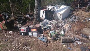<p>BILBATTERIER: «Avfallsvirksomheten på stedet er uforsvarlig og kan føre til utslipp til vann og grunn, samt spredning av søppel i omgivelsene», skriver Fylkesmannen i sin rapport.</p>