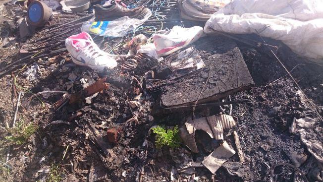 <p>BRENT: Flere steder på eiendommen ble det funnet spor av brent søppel.<br/></p>