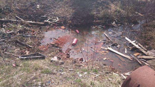 <p>I VANNET: Fylkesmannen frykter at giftstoffer fra avfallet har eller vil spre seg til grunnvannet. Grunneier og de som står bak virksomheten er nå politianmeldt for brudd på forurensingsloven.<br/></p>