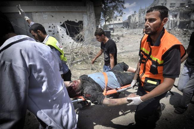 <p>GAZAKONFLIKTEN: Under et lite opphold i skuddvekslingene mellom Hamas og Israel i fjor sommer, fikk hjelpemannskaper slippe inn og hente ut skadede og døde. Den intense krigen varte i 51 dager.<br/></p>