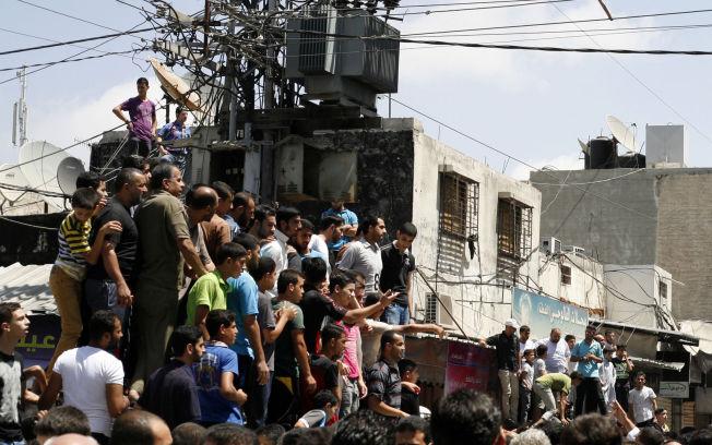 <p>HENRETTELSE: Mennesker har samlet seg for å se på at soldater i Hamas henretter palestinere, mistenkt for å ha samarbeidet med Israel under konflikten. Bildet er tatt 22. august 2014 i Gaza by.<br/></p>