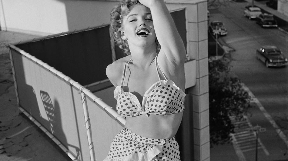 60141394 POLKA DOT: Moteikonet Marilyn Monroe holdt selvsagt stilen på stranda også  - og lignende bikinier