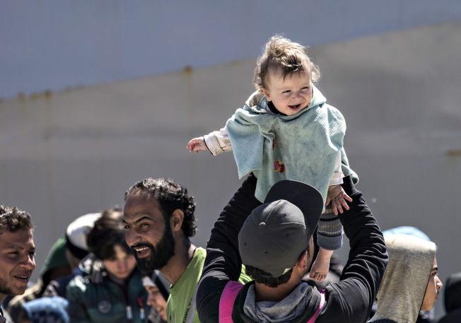 <p><b>MERKELIG:</b> – Stilt overfor vår tids største humanitære krise og det enorme ansvaret Syrias naboland tar ved å ha tatt imot fire millioner syriske flyktninger, kommer vår diskusjon her hjemme om hvorvidt vi har kapasitet til å ta imot 10.000 i et merkelig lys, skriver kronikkforfatterne.</p>