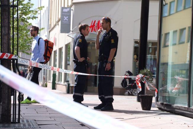<p>Politi står utenfor urmakerforretningen som fredag ettermiddag ble ranet i Drammen.<br/></p>