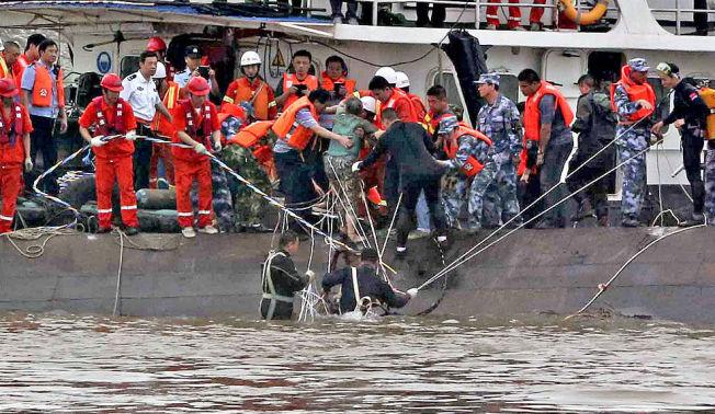 <p>I SIKKERHET: Her blir en overlevende reddet opp av Yangtze-elven etter cruiseskiptragedien i Kina. Fortsatt er hundrevis savnet.<i><br/></i></p><p><br/></p><p><br/></p>