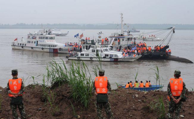 <p>REDDER LIV: Redningsmannskapene søker etter overlevende i kjølvannet av cruiseskiptragedien i Yangtze-elven.<br/></p>