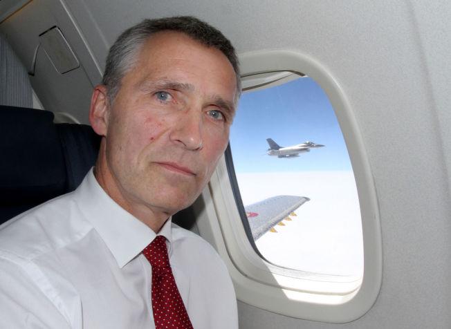 VELKOMSTHILSEN: Eskortert av F-16 fly fra Bodø,kom Jens Stoltenberg på sitt første offisielle besøk til Norge som NATOs generalsekretær.