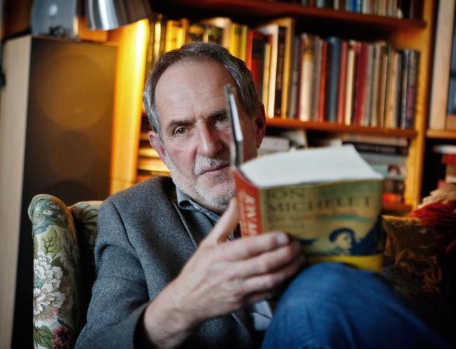 <p>HELT VILT: Jon Michelet trodde han ikke solgte mer av boken «En sjøens helt: gullgutten» fordi den ikke lå på boklisten. Istedenfor er det en av bøkene som selger aller mest. - Listene viser jo ikke hva som faktisk selger, sier Michelet. Foto: NILS BJÅLAND</p>
