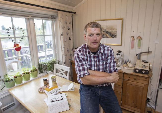 <p>DOBBEL ULEMPE: Lars Mytting opplevde i fjor høst å se seg slått av JoJo Moyes «Et helt halvt år» som var på lavpris i ukevis, mens nye regler nå gjør at «Svøm med dem som drukner» ikke er å finne på boklisten - selv om det er den som selger aller mest her i landet.Foto: ROGER NEUMANN</p>