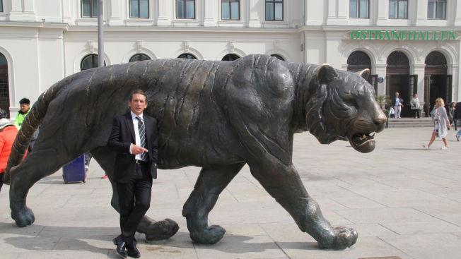 """TYLER-STADEN: Tyler Hamilton poserte foran denne tigeren i """"tigerstaden"""" Oslo onsdag."""