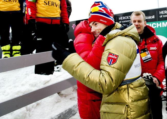 <p>GULLGUTTEN: Petter Northug får en klem etter tremilsgullet under ski-VM i Holmenkollen for fire år siden. I bakgrunnen skipresident Erik Røste.<br/></p>