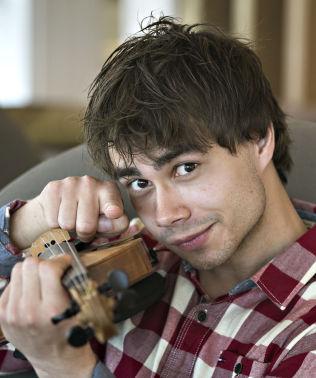 <p>HANS NÆRMESTE: Alexander Rybak elsker fiolinen sin.<br/></p>
