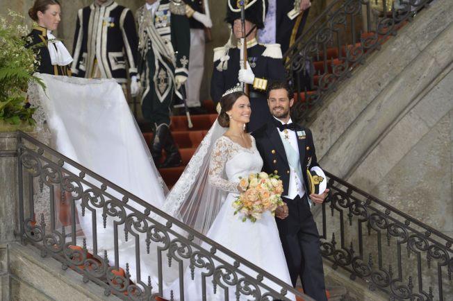 <p>LYKKELIG BRUDEPAR: Prins Carl Philip og nå prinsesse Sofia klarte ikke å slutte å smile etter at vielsen var ferdig, og de gikk ned kirkegulvet til «Joyful, Joyful».</p>