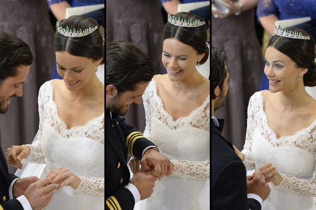 SLET LITT: Gifteringen til Sofia så ut til å være litt liten, og brudeparet fniste litt av det når prins Carl Philip skulle tre den på fingeren hennes.