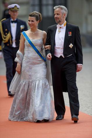 <p>GLEDET SEG: Prinsesse Märtha Louise og Ari Behn på vei inn i kirken.<br/></p>