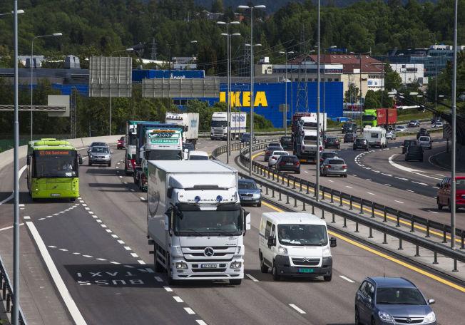 <p>TETT: Tungtransporten på E6 ved Alna i Oslo går jevnt en vanlig hverdag. Varene må frem -- ellers går samfunnet i stå.</p>