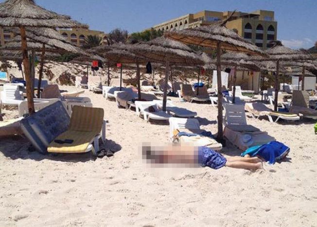 <p>Et vitne til angrepet i Tunisia har lagt ut to bilder fra stranden på sosiale medier. Mannen skriver at han så 5-6 personer bli skutt og drept fra båter ved stranden.<br/></p>