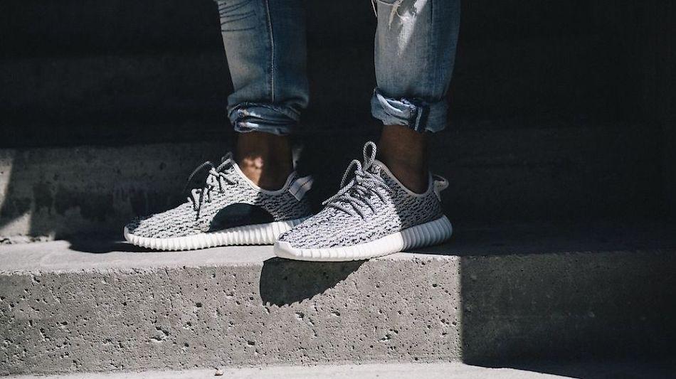 official photos 1c50e 851d5 FLØY UT AV BUTIKK Designsamarbeidet mellom Kanye West og Adidas har blitt  svært populært.
