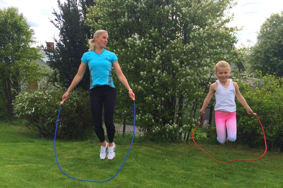 c43043d4 ... Trebarnsmor og VGs treningsekspert Anne Mette Rustaden viser sammen med  barna Marie (7), Anna (4) og Sofie (1) hvor morsom sommertreningen kan  gjøres.