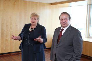 UTDANNING HAR HØYESTE PRIORITET: Statsminister Erna Solberg møtte Pakistans statsminister Nawaz Sharif på Plaza hotel i Oslo torsdag.