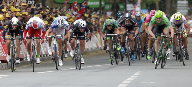 NORSK DUELL: Helt ute til venstre er Edvald Boasson Hagen, som forsøkte å komme forbi Alexander Kristoff (i rødt og hvitt). Det gikk ikke. Andre Greipel (t.h, i grønt) vant etappen.