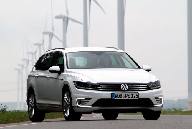 <p>AVGIFTSVINNER: Volkswagens andre ladbare hybrid, Passat GTE, har bare drøyt 8000 kroner i avgift til staten, cirka 85.000 kroner mindre enn en sammenliknbar bensin-Passat. Du kan klare mellom tre og fire mil i elektrisk rekkevidde.<br/></p>