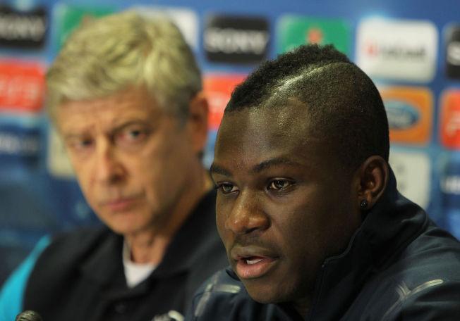 RØDT KORT: Emmanuel Frimpong er fotografert sammen med Arsene Wenger i Arsenal-tiden. Fredag spilte han russisk serieåpning for Ufa mot Spartak Moskva.