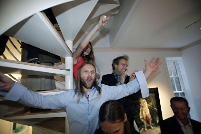 <p>GALLERI I NEW YORK: Innvielsesfest på Galleri Sand i New York i oktober 2009. Aune Sand holder tale, og bak ses hans tvillingbror, kunstner Vebjørn Sand og Marianne Aulie som begge stiller ut på galleriet.<br/></p>