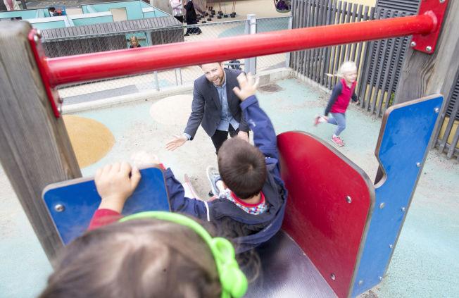 <p>ØVER SEG: Kunnskapsminister Torbjørn Røe Isaksen (H) blir barnehagepappa mandag. Fredag testet han ut livet i barnehage sammen med Julie Kutsukake (2,5 år), Ksawery Darek Czekierda (5,5 år) og Alva Uno Moe (6,5 år) i Margarinfabrikken barnehage.</p>